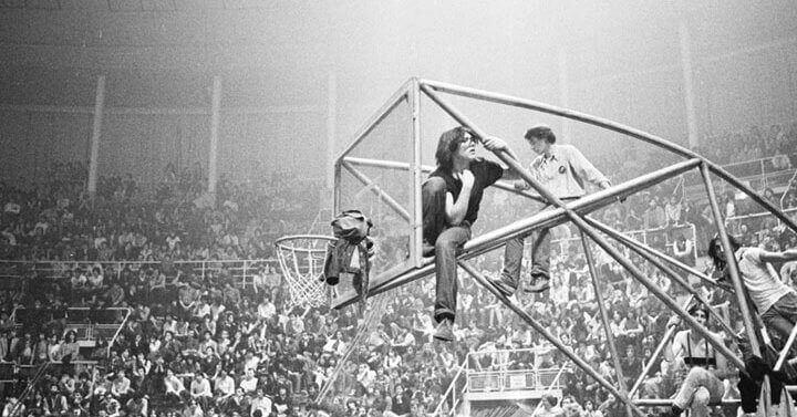 Scatto dalla serata di Bologna Rock 1979, il pubblico si arrampica sul canestro