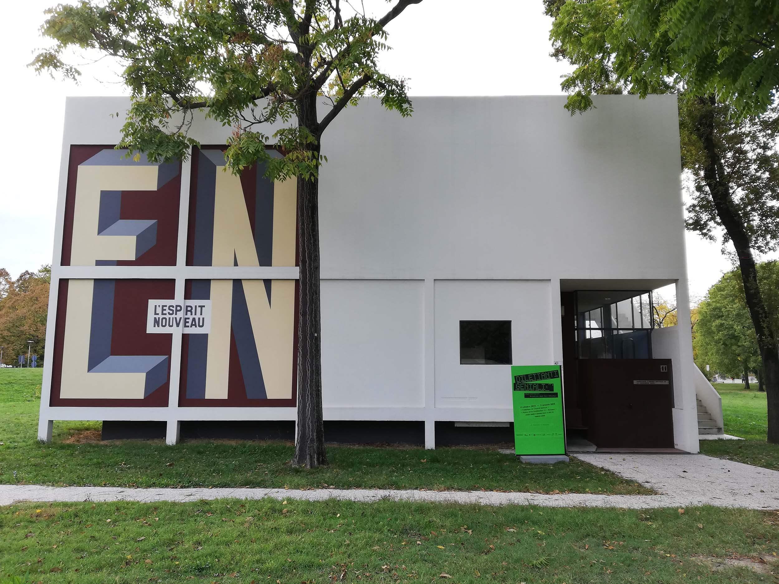 """Padiglione de l'Esprit Nouveau che ospita la mostra """"Dilettanti Geniali"""""""